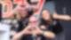 Drei Mitarbeiter des Radiosenders DIE NEUE 107.7 zeigen Herzen oder den Daumen nach oben.