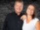 Unsere Morningshow Moderatoren Hannah und Christian mit dem Logo von DIE NEUE 107.7 zahlt deine Rechnung